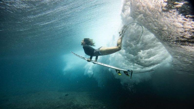 MYA GABEIRA surfea la ola más grande de la historia