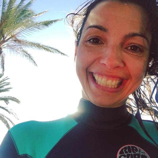 Elena Surfea. aprender surf con 40 años